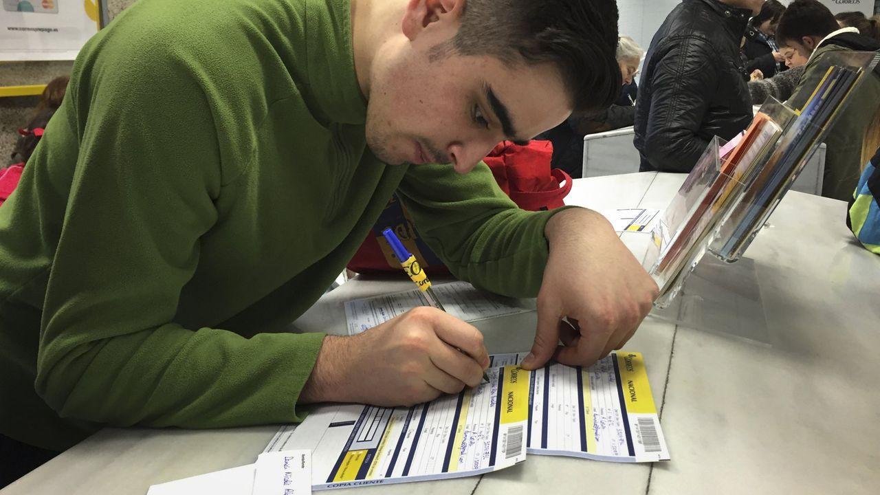 Un joven cubre el documento para solicitar el voto por correo