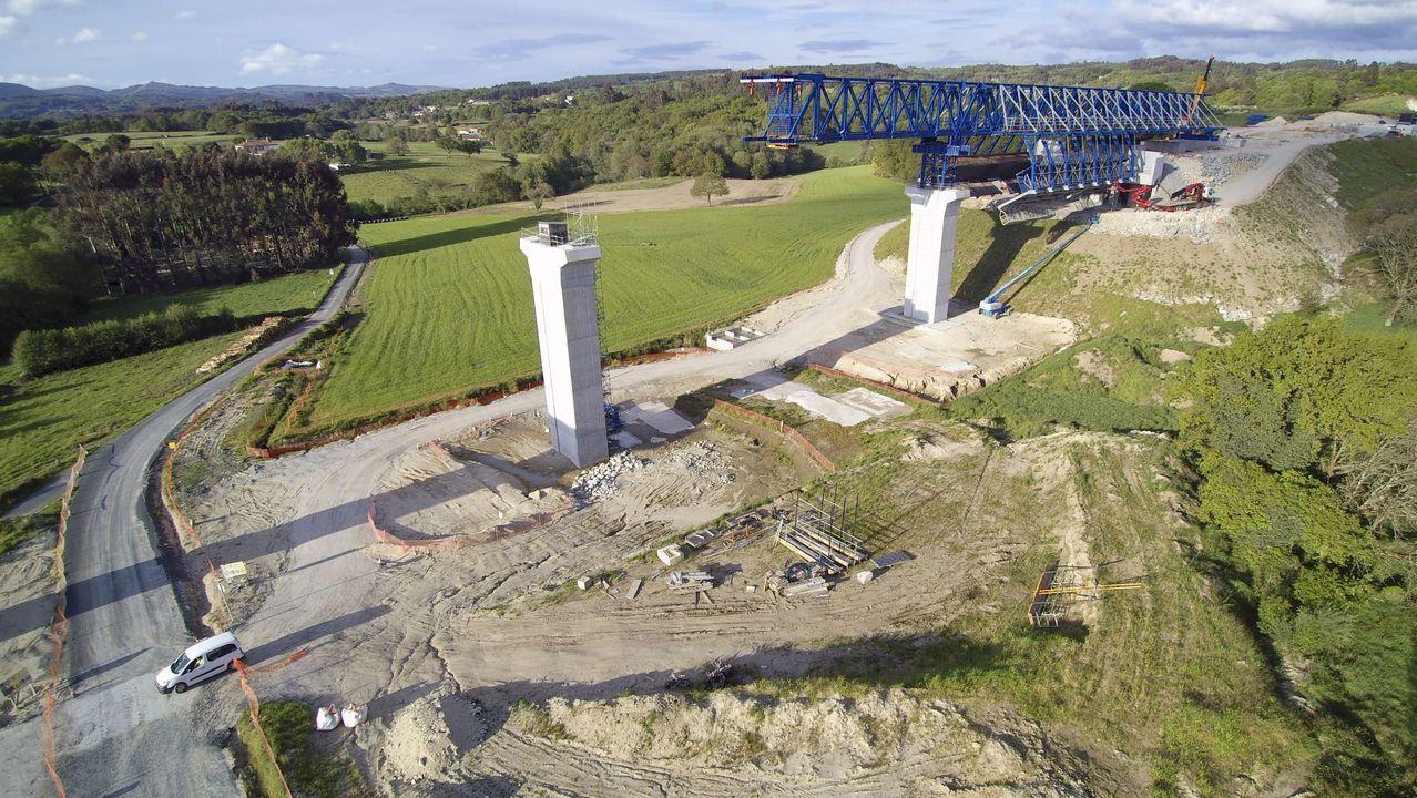 Cimbra autoportante de vigas en el arranque del viaducto sobre el valle del Pambre, el más largo de la A-54, de un kilómetro de distancia