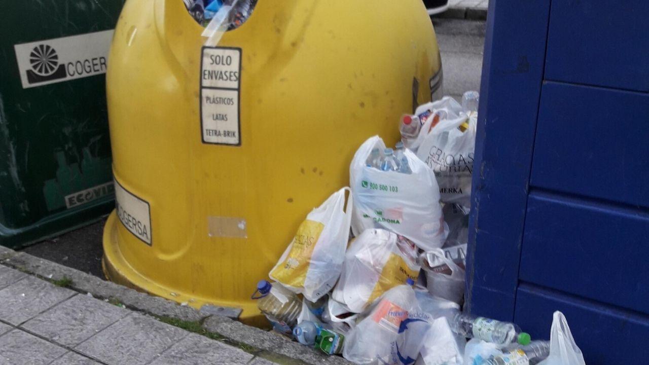 Al agua por Fran Otero.Residuos plásticos acumulados durante un día en las inmediaciones de un hospital