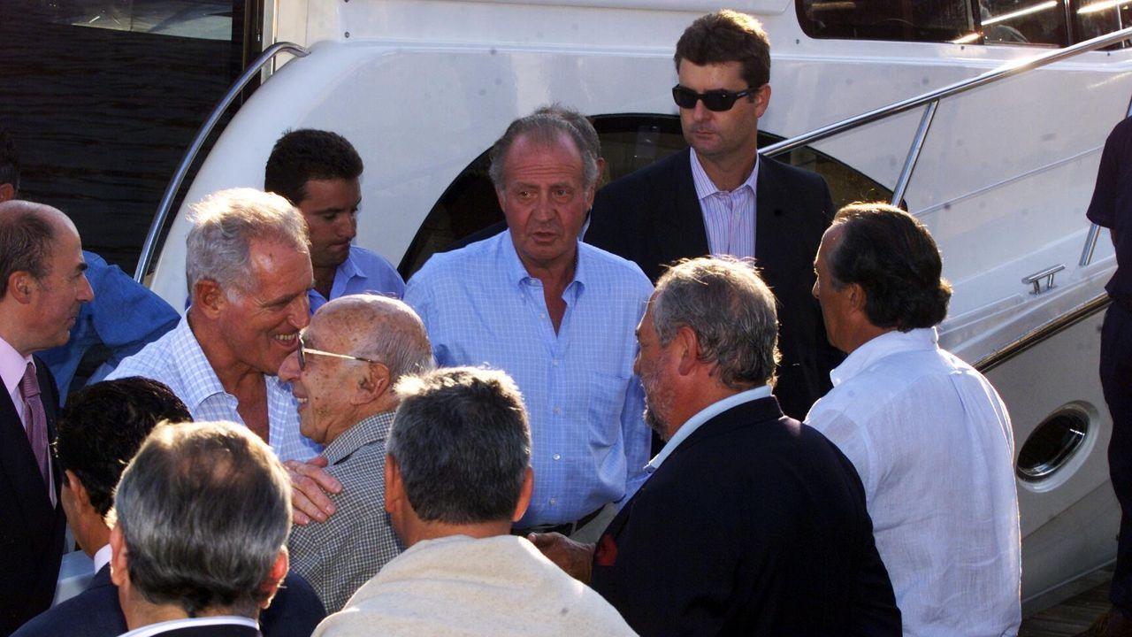 Llegada de Juan Carlos I al club de yates de Baiona en septiembre del 2001