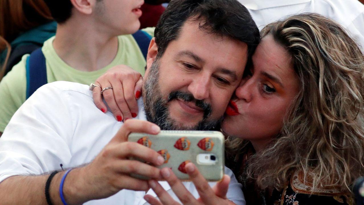 La pandemia en el mundo, en imágenes.Matteo Salvini se hace un selfi con una entusiasta simpatizante de la Liga