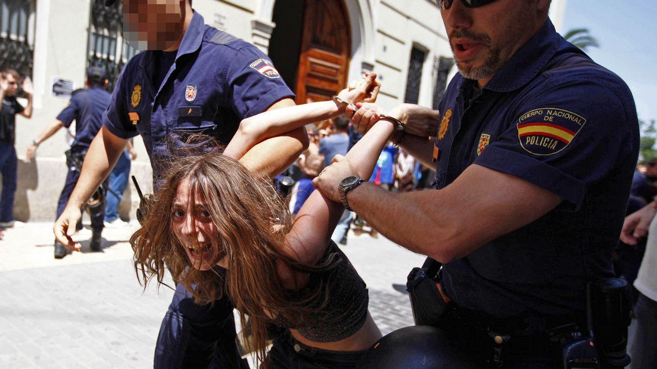 La madre de los pequeños fue detenida junto a otras cuatro personas por desorden público y atentado a la autoridad en el escrache frente a las Cortes Valencianas durante su constitución, en junio del año 2011