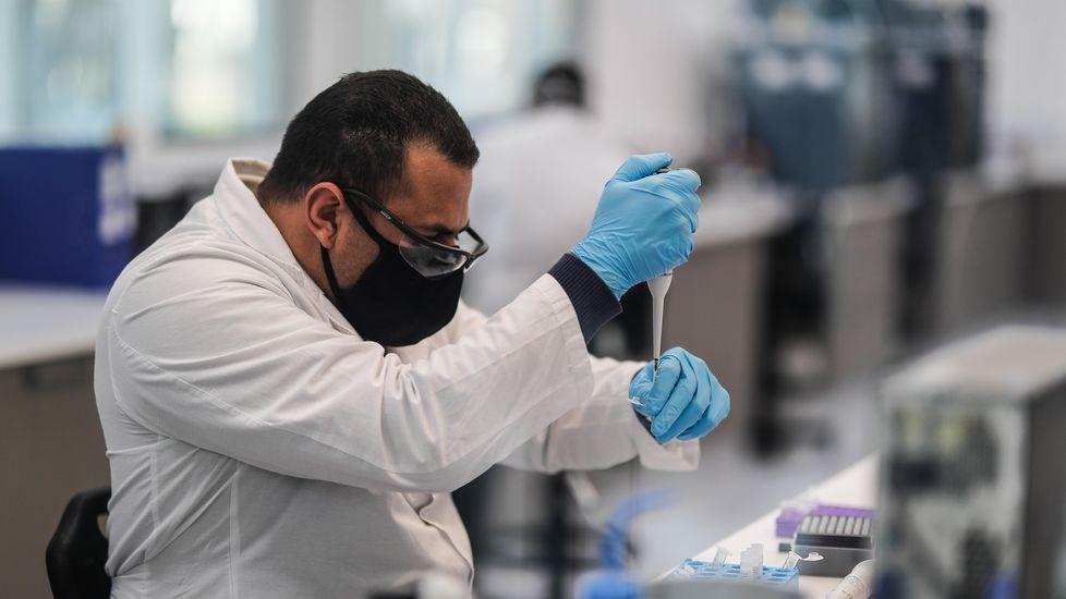 Un trabajador de AstraZeneca trabajando en la vacuna del covid en Buenos Aires, Argentina