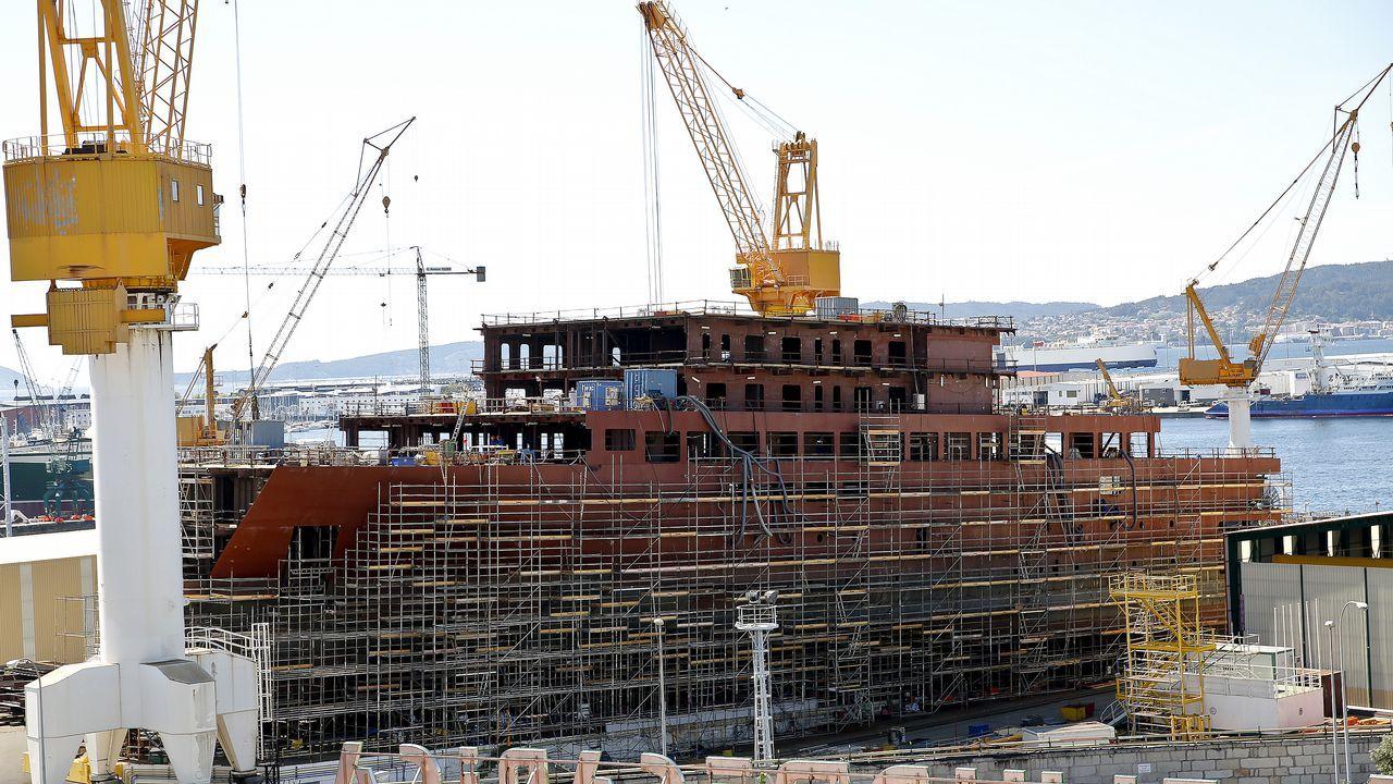 Feijoo visita PSA Vigo tras la vuelta al trabajo después del covid-19.Buque de crucero para Ritz Carlton, en construcción en el astillero Barreras
