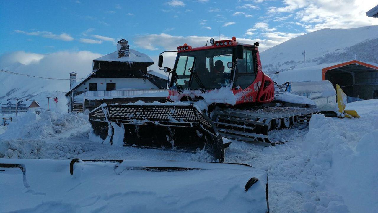 La nieve ya cubre Pajares.Maquinaria en la estación de esquí de Valgrande-Pajares