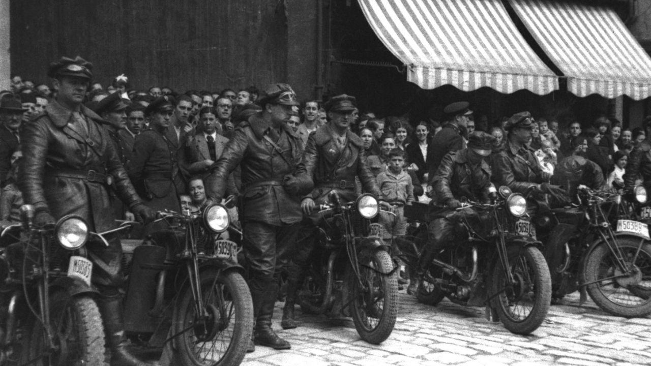 Otra fotografía de Constantino Suárez, muy comprometido con la causa republicana, durante la Fiesta de la República del 14 de abril de 1936 en la que pueden verse motoristas en formación en la entonces plaza de la República