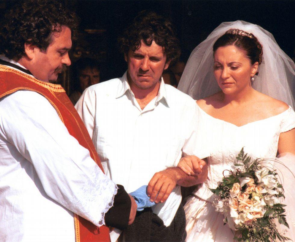 Á dereita, Ana Santos con César Cambeiro nunha das últimas funcións de Xardín Suspenso, un espectáculo do Centro Dramático Galego. Arriba, nunha escena de Mareas vivas, a serie que marcou a súa estrea televisiva.