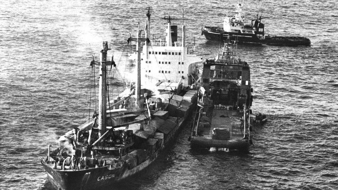 El remolcador Alonso de Chaves junto al Casón, antes de hundirse