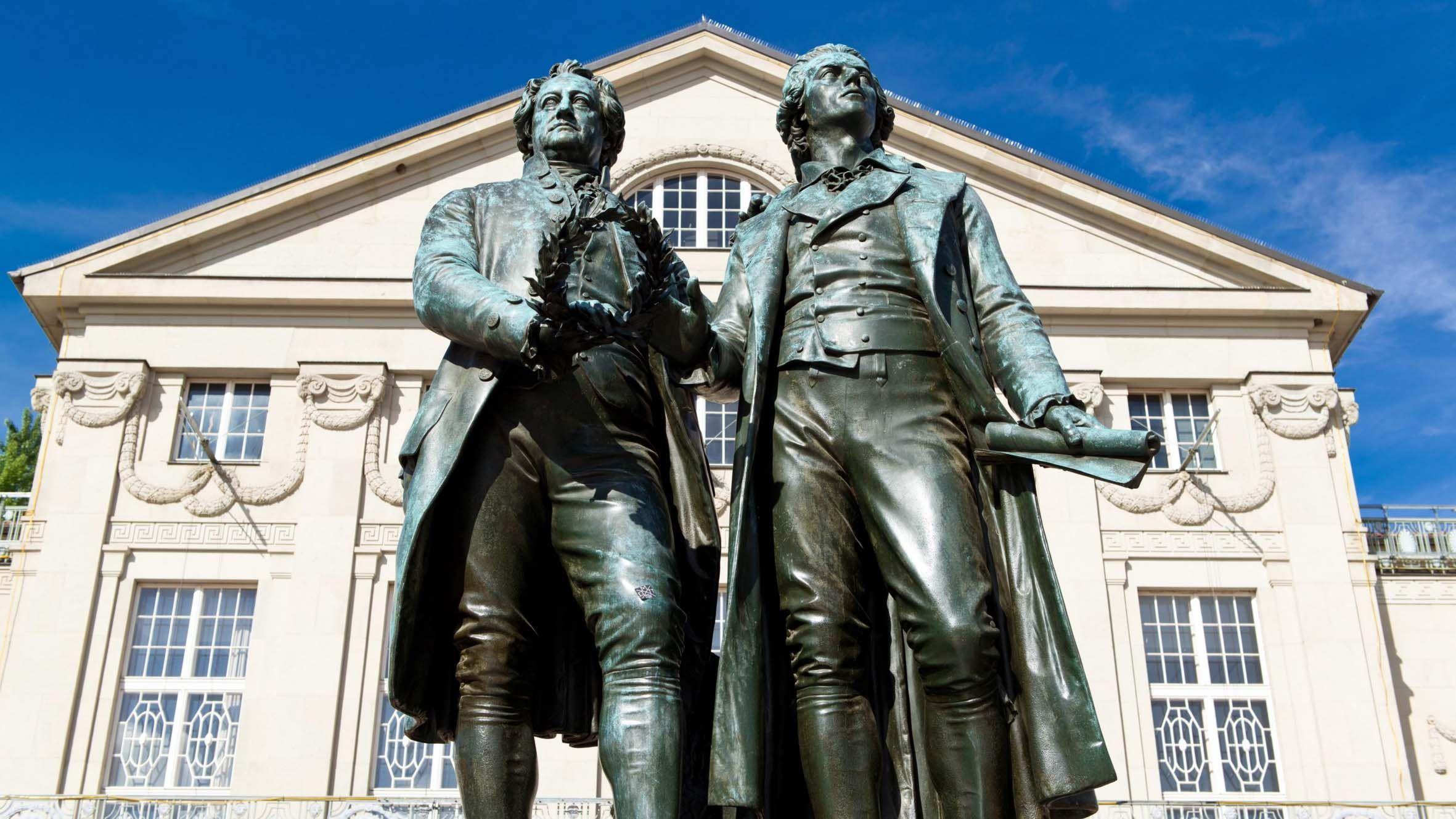 desempleo abril.Estatua de Goethe y Schiller frente al Teatro Nacional Alemán en Weimar