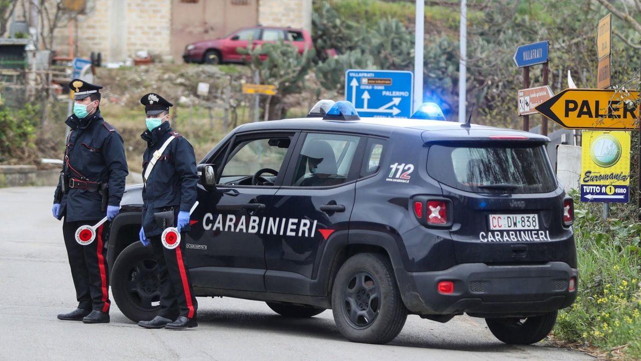 Tráfico, carreteras, señal.Dos agentes de los Carabineros de Italia
