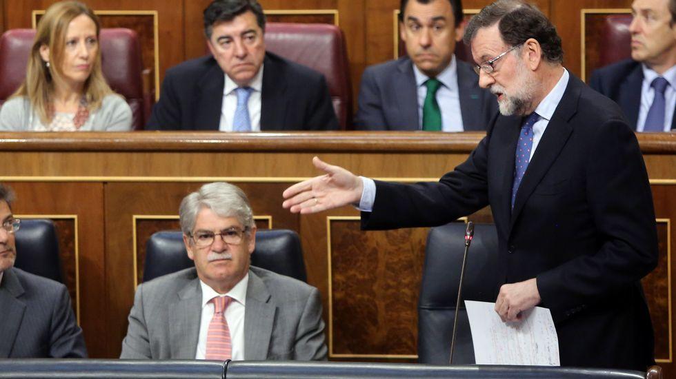 Nuevas medidas para proteger a los ciclistas.Nieto, a la derecha, escucha en el Congreso a Rafael Merino, presidente de la Comisión de Interior.