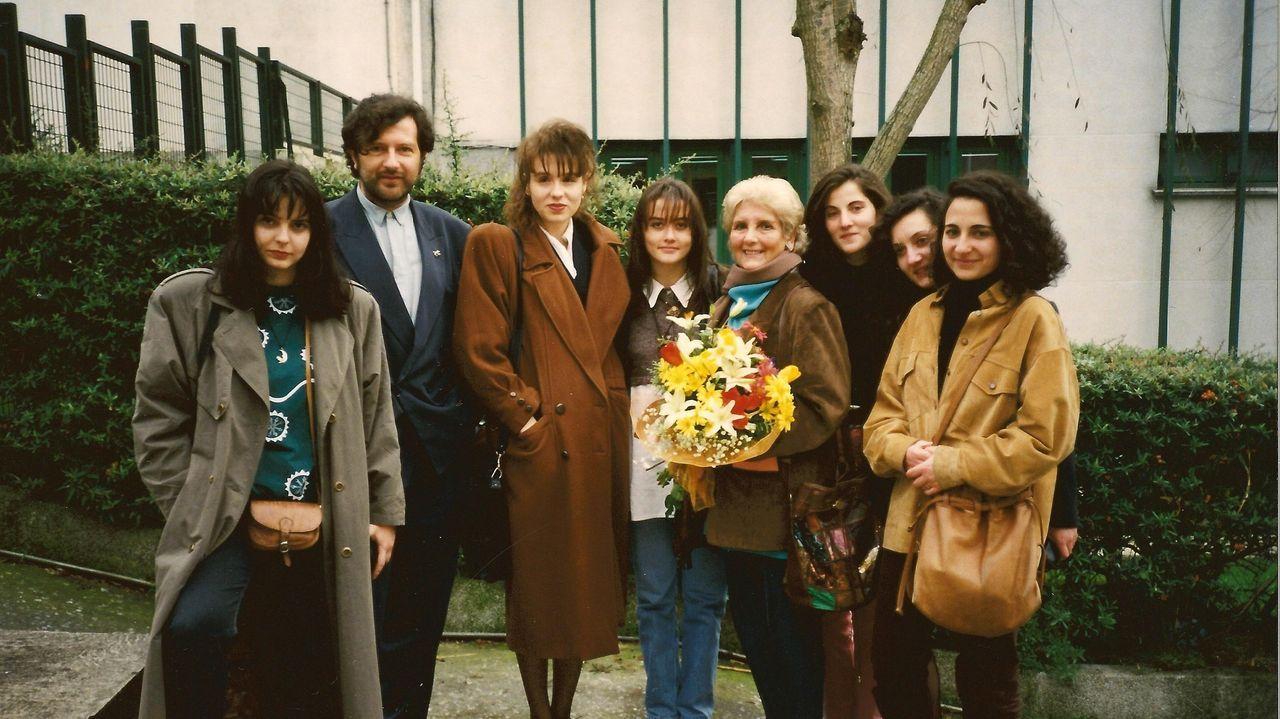 A poeta xunto a Claudio Rodríguez Fer e un grupo de alumnas en Lugo, nos noventa