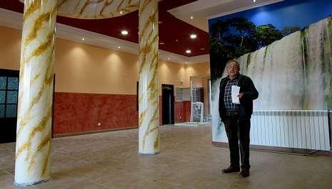Cortiñas mostró ayer a los medios de comunicación el edificio que acaba de construir Prodeme en el barrio de O Malvarón. Tiene ochenta plazas y quieren abrirlo en abril, con concierto o sin él.