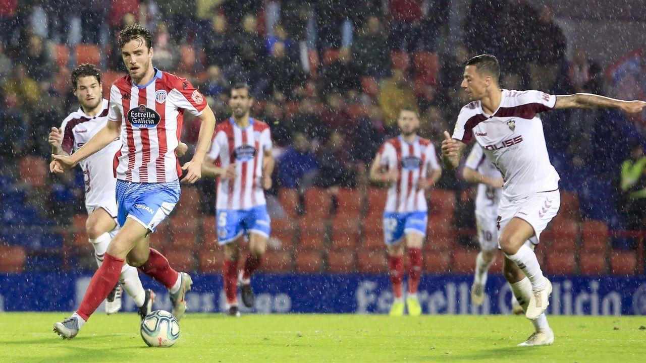 Carlos Hernández trata de frenar un ataque de Ernesto