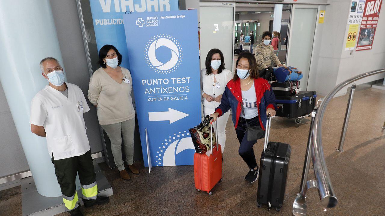 Microbiólogas del Hospital Meixoeiro de Vigo con una máquina que procesa pruebas PCR