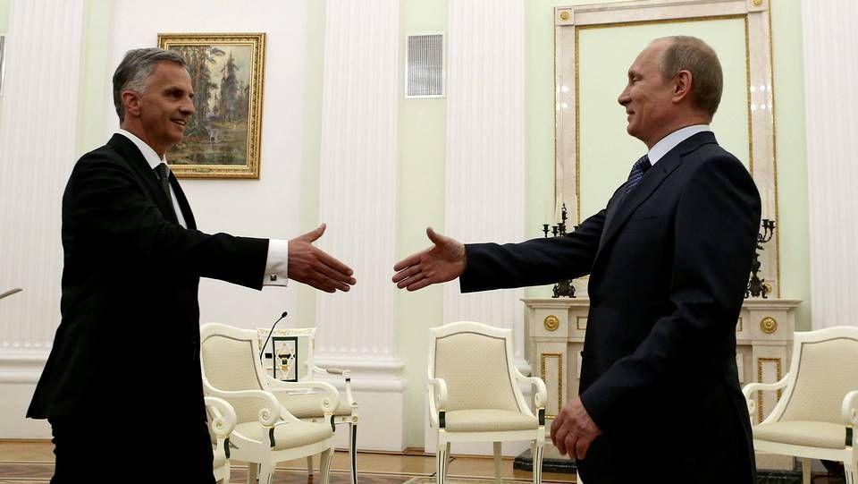 Putin preside los espectaculares desfiles militares.Putin estrecha la mano del presidente de turno de la OSCE