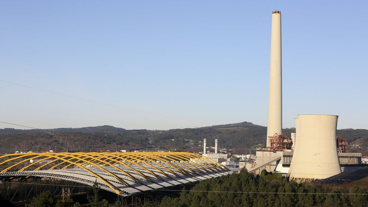 Chimeneas de la central térmica de Endesa en As Pontes