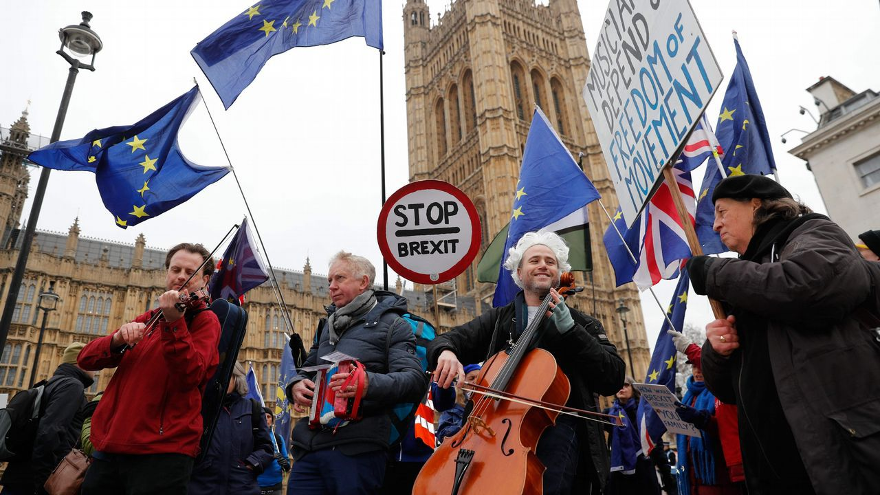 Un grupo de músicos proUE da un concierto ante las puertas del Parlamento británico
