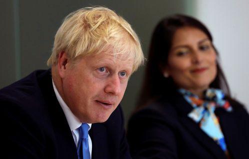 El primer ministro británico, Boris Johnson, junto a su secretaria de Interior, Priti Patel