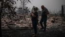«Perdimos todo, pero al menos tenemos a nuestra familia», afirma Tracy Koa al llegar a su casa  destruida por el incendio en Talent, Oregon
