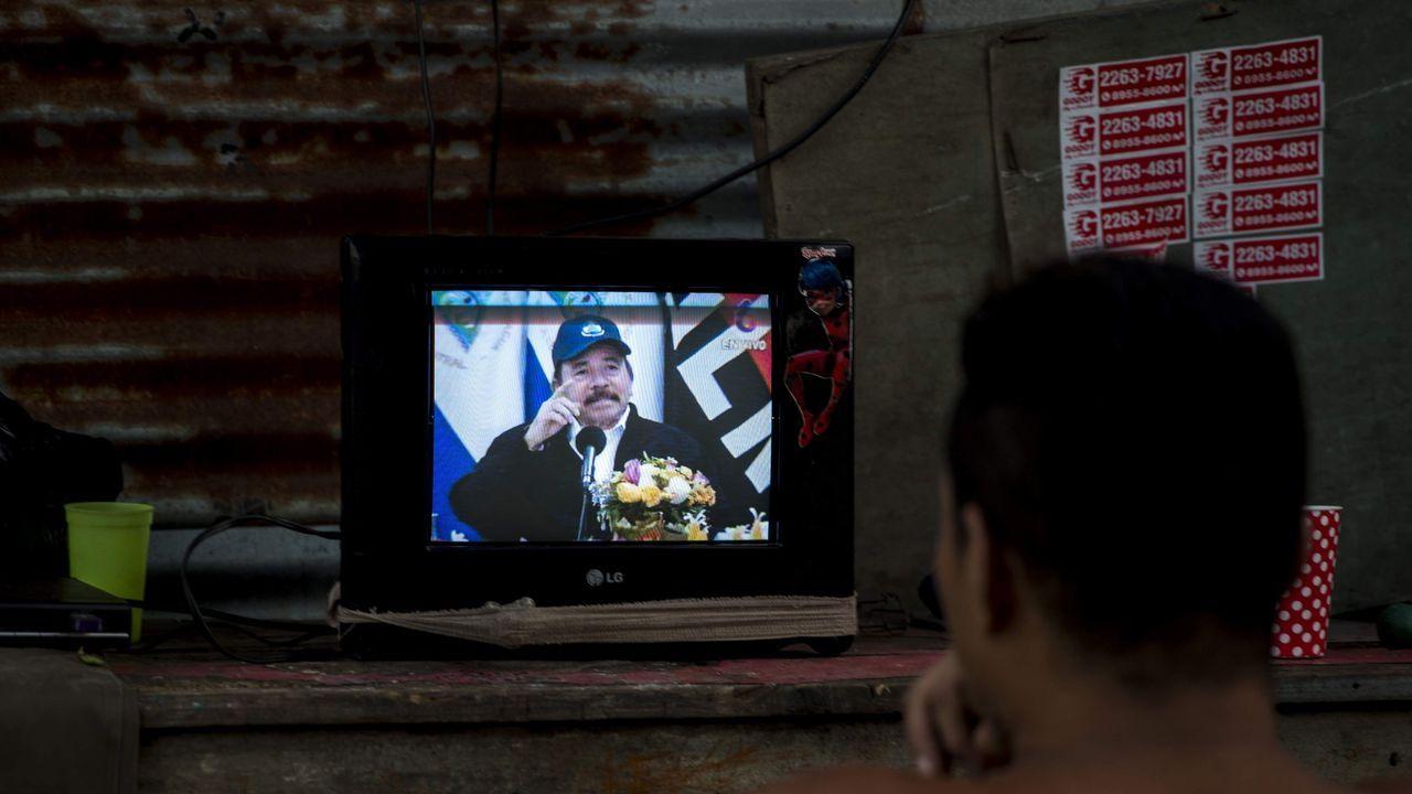 El mundo toma el pulso a la pandemia.Un hombre observa la aparición en televisión del presidente de Nicaragua, tras 34 días sin noticias de él