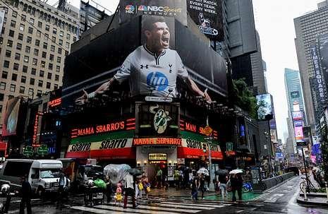 Una valla publicitaria proyecta la imagen de Gareth Bale en Nueva York.