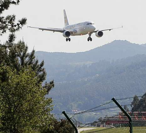 Los peritos inspeccionan la señalización y el trazado de la vía en Angrois.Hasta cuatro horas tardaron en llegar a Vigo los afectados.