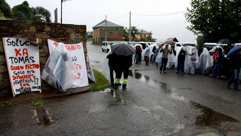 Los trabajadores de Cavima se concentraron durante dos horas bajo la lluvia esperando a María Mijares