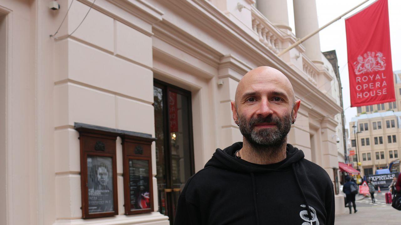 Ricardo Pardo posa bajo la bandera de entrada al Royal Opera House