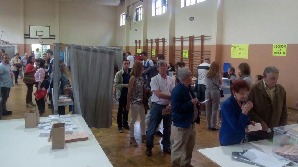 Votantes en el IES 5 de Avilés