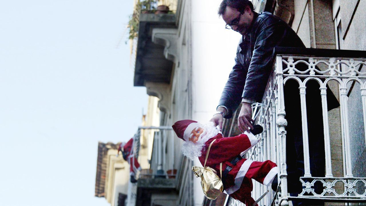 Al alumbrado municipal se unió el bum de los decorados en los balcones privados con Papá Noel y los Reyes Magos. Foto de 2005
