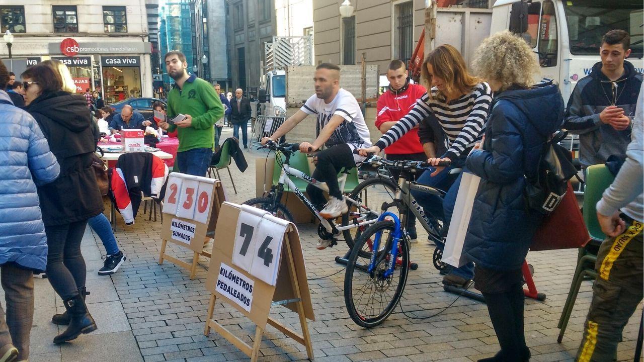 Peatones y ciclistas protestan contra la terraza de los jardines de la Reina en Gijón.La acción de Kilómetros Solidarios de Mar de Niebla en el centro de Gijón