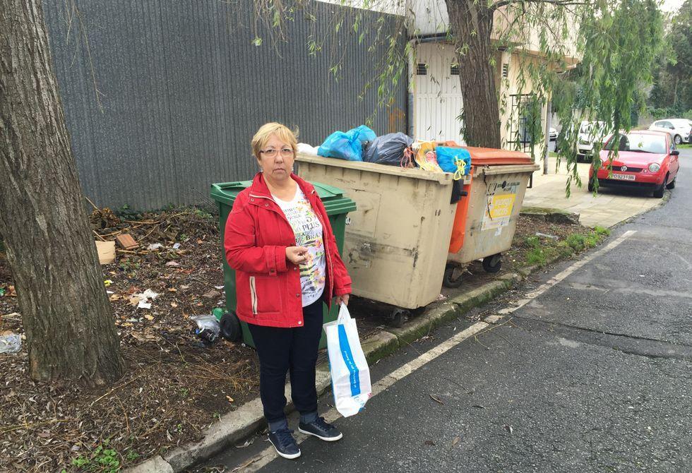 María del Carmen Varela Márquez posa junto a los contenedores, que se vacían cada dos o tres días.