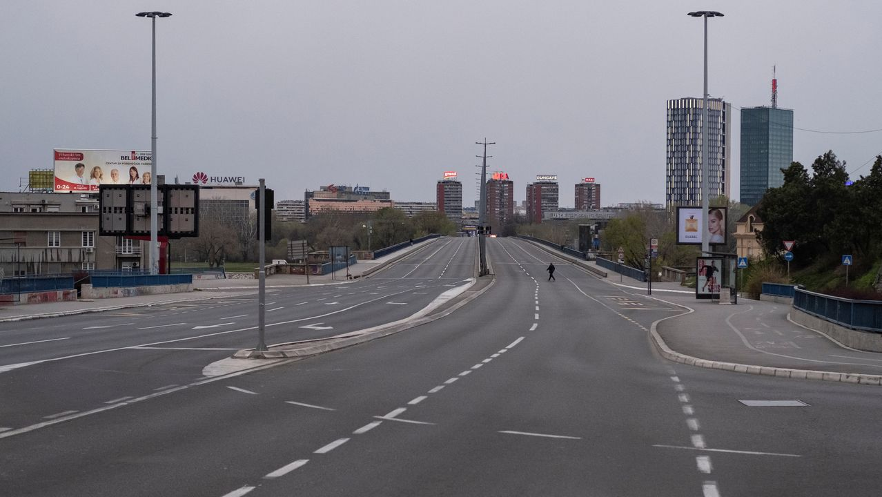 Un ciudadano cruza un puente completamente vacío en Belgrado