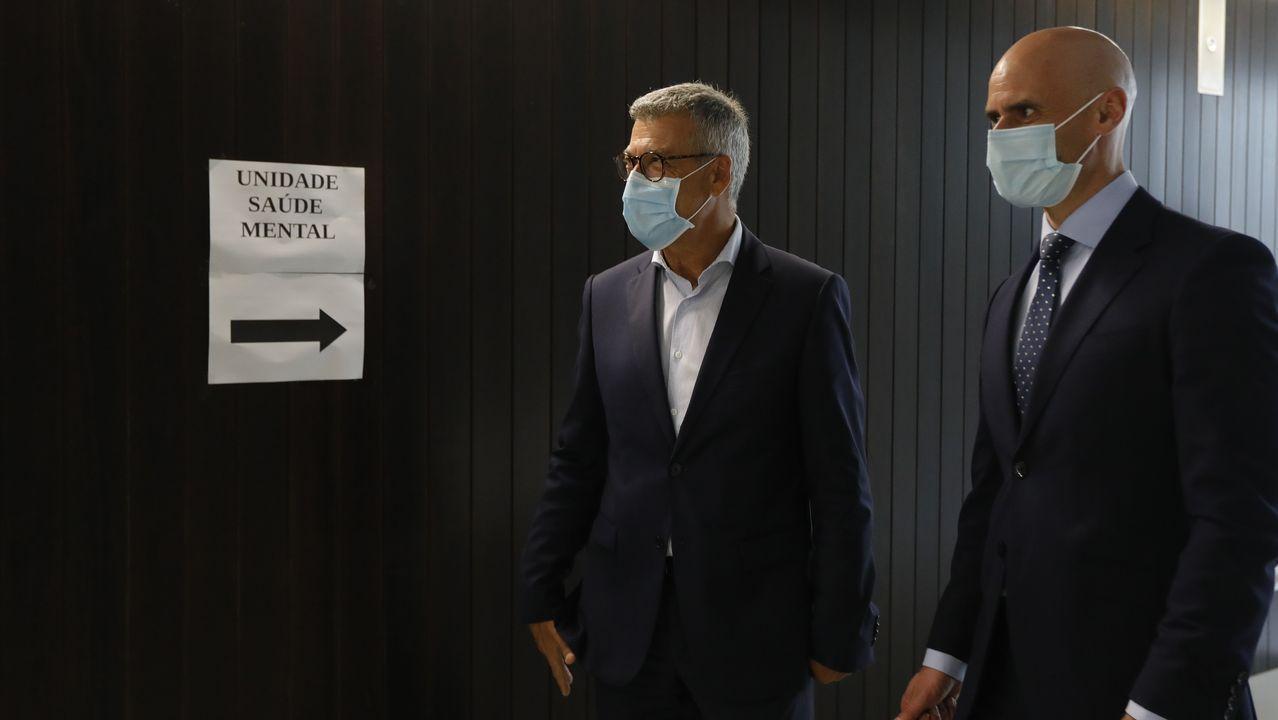 chales.Luis Verde y Jose Flores, gerentes del área sanitaria y del Sergas, respectivamente, visitaron la nueva unidad de salud mental del centro de salud A Covada, en Oleiros (A Coruña)