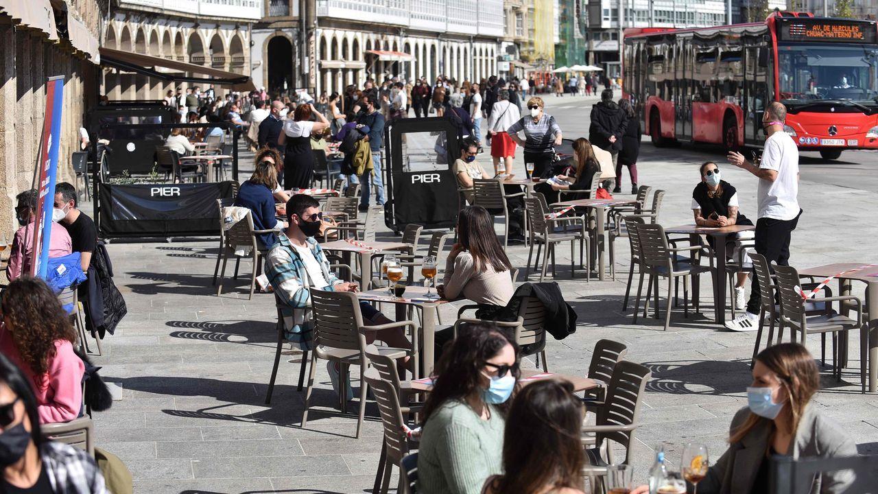 La odisea de conseguir una mesa en las terrazas de A Coruña y Oleiros