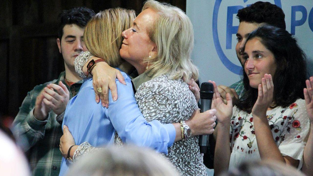 Mercedes Fernández abraza a María Dolores de Cospedal en un acto en Gijón