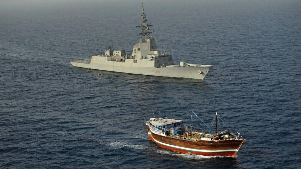 La F-104, acercándose al mercante sospechoso de piratería.