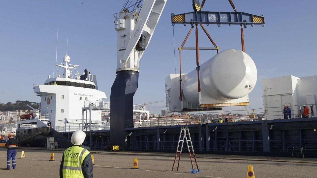 Un mercante carga en Vigo los depósitos que eran para colocar en los cruceros de Havila