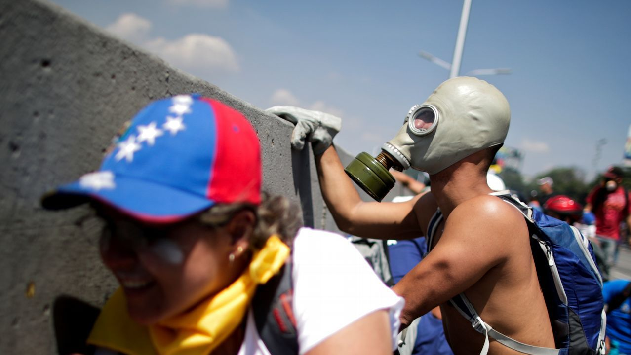 Así ha quedado la casa de Leopoldo López tras ser allanada.Guaidó y López, acompañados de miembros de la Guardia Nacional, pidieron en la plaza de Altamira a los venezolanos que salgan a las calles para deponer a Maduro