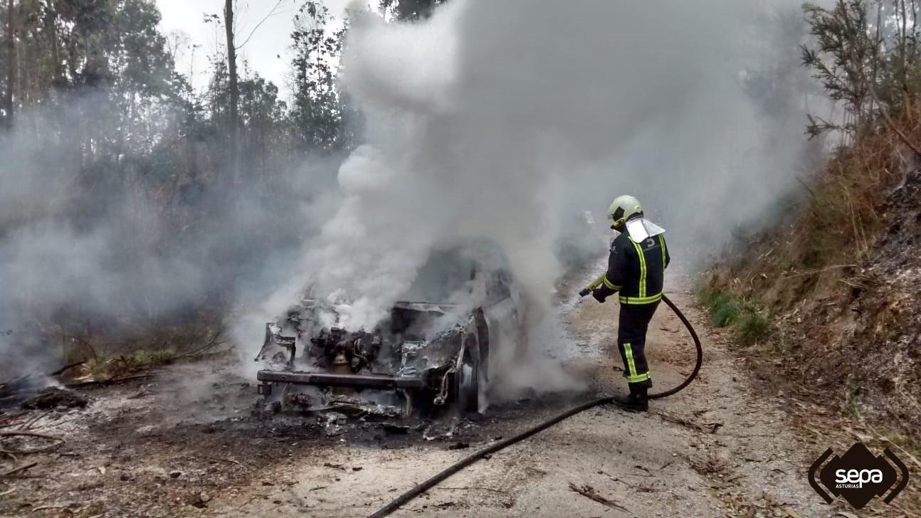 Coche quemado en Llanes