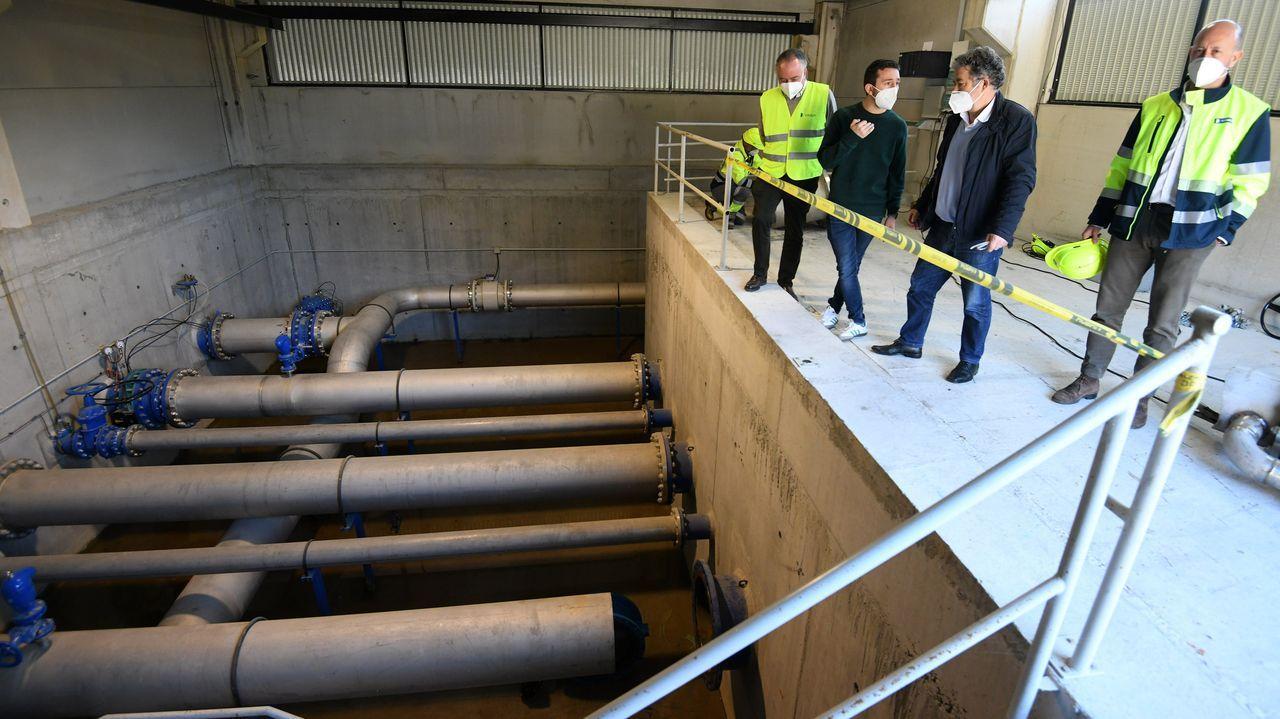 Así es el depósito de agua de la planta potabilizadora de Pontevedra.Visita del alcalde al depósito de agua de Castro Senín, de donde sale la red de abastecimiento a Montecelo