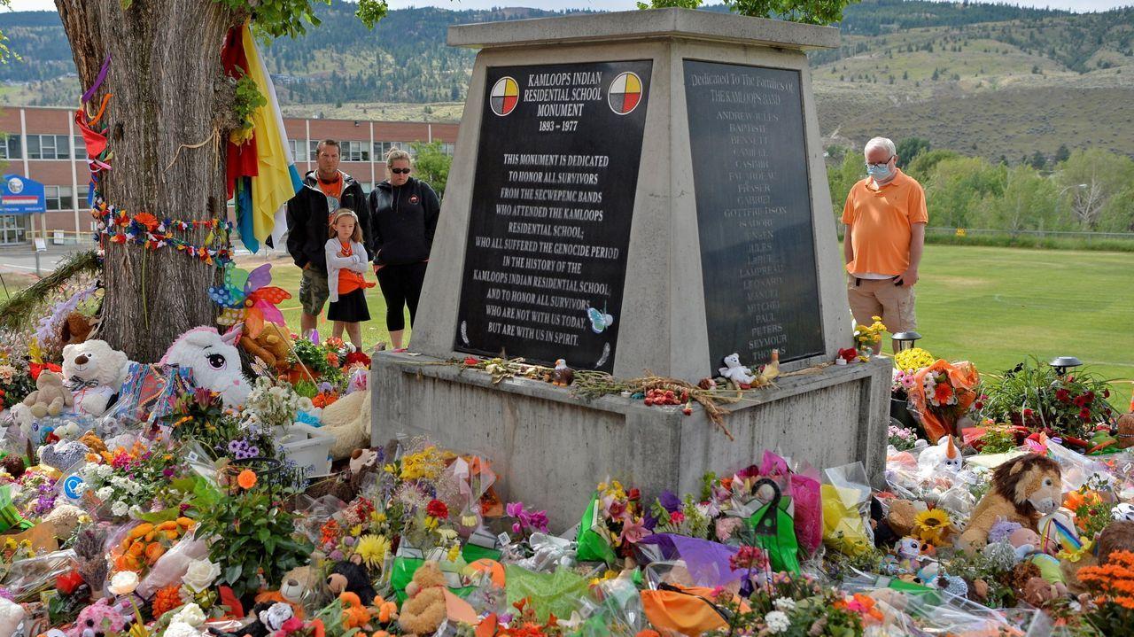 Flores en recuerdo de los 215 niños cuyos cadáveres fueron hallados en tumbas sin identificar junto al internado para indígenas de Kamloops