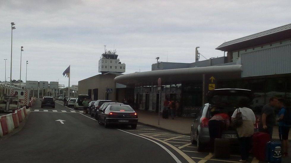 Un grupo de pasajeros consulta los vuelos en el Aeropuerto de Asturias.Amorebieta, tras pasar el reconocimiento médico, en Gijón.