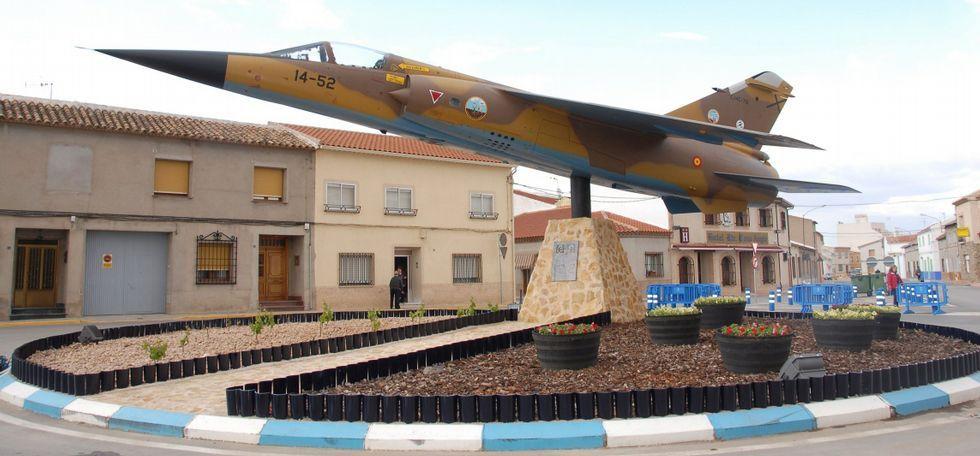 En distintos lugares de España lucen aviones reconvertidos como este en Secuellanos en Cudad Real.