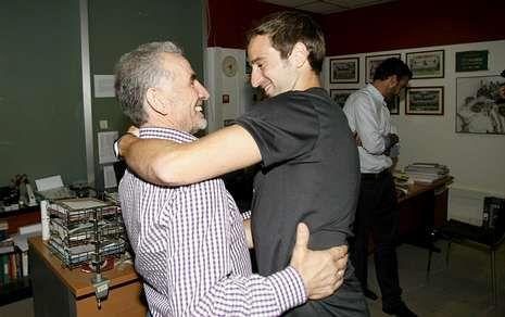 Pablo Álvarez, abrazándose con el presidente del Lugo, José Bouso, a su llegada al Ángel Carro.