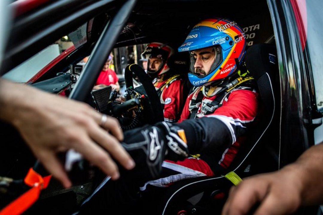 Fernando Alonso cumple el ritual de la carrera solidaria.Fernando Alonso, en Le Mans