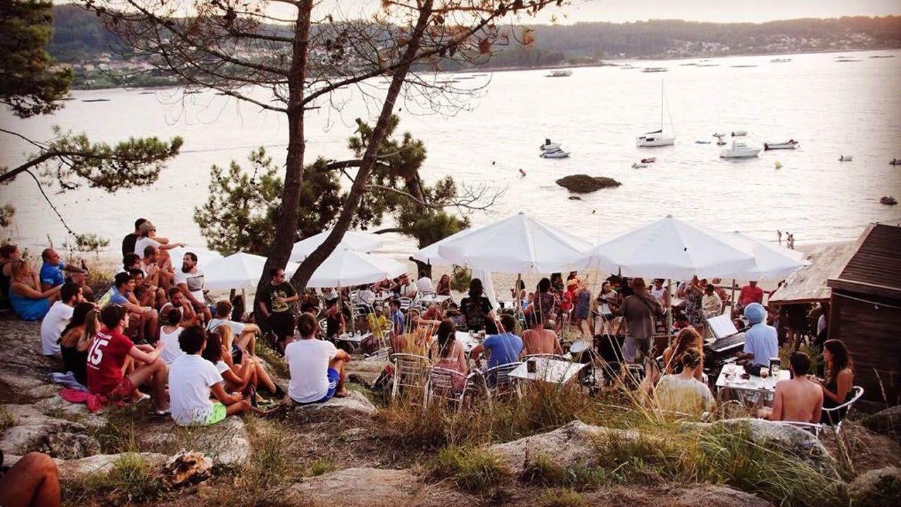 CHIRINGUITO ATLÁNTICO. Mojitos con menta del huerto. Los cócteles, la música en directo al atardecer y la puesta del sol en Francón son sus atractivos.