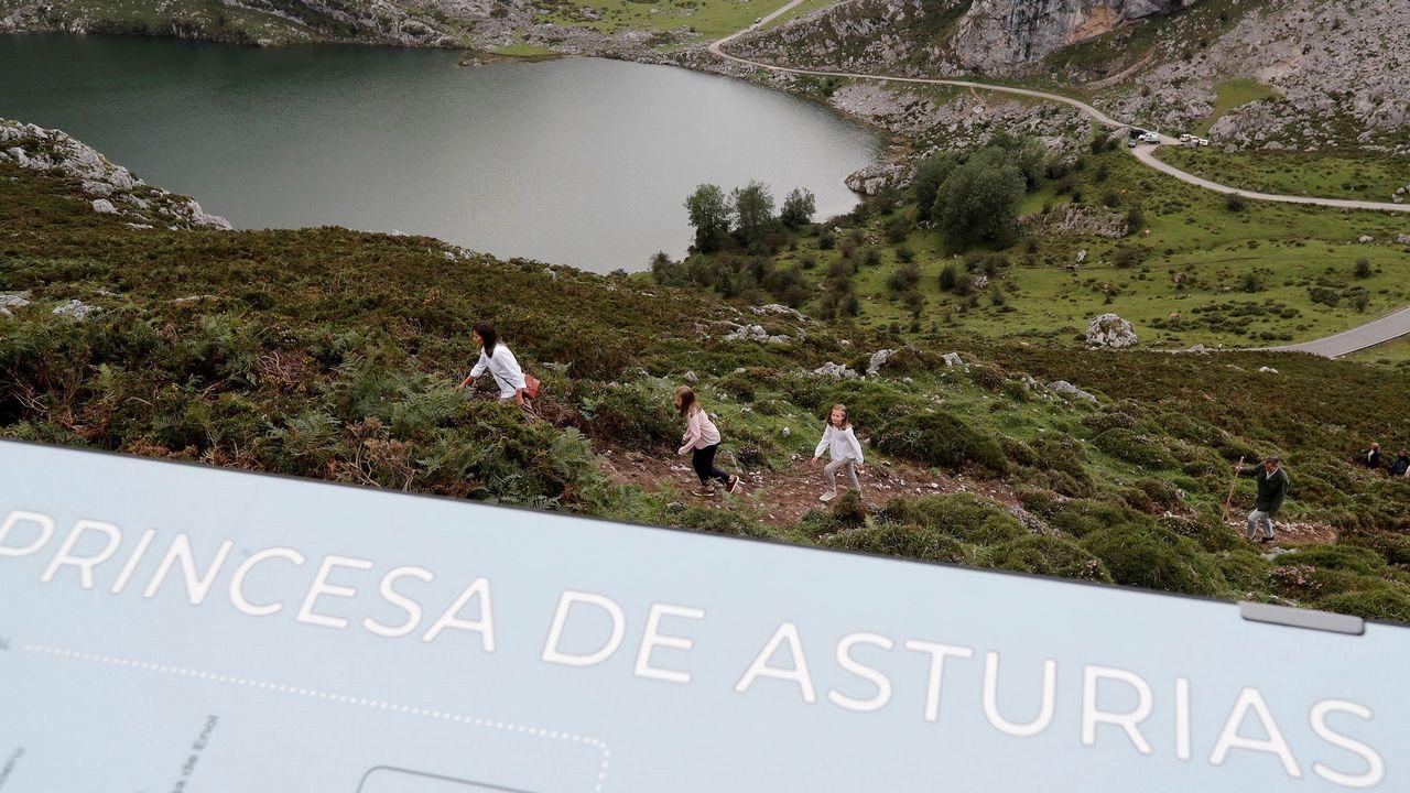 Los reyes Felipe y Letizia, la princesa Leonor (2ªi) y la infanta Sofía (2ªd) hacen un recorrido junto al lago Enol con motivo de la celebración del primer centenario del Parque Nacional de la Montaña de Covadonga -embrión del actual Parque de los Picos de Europa-