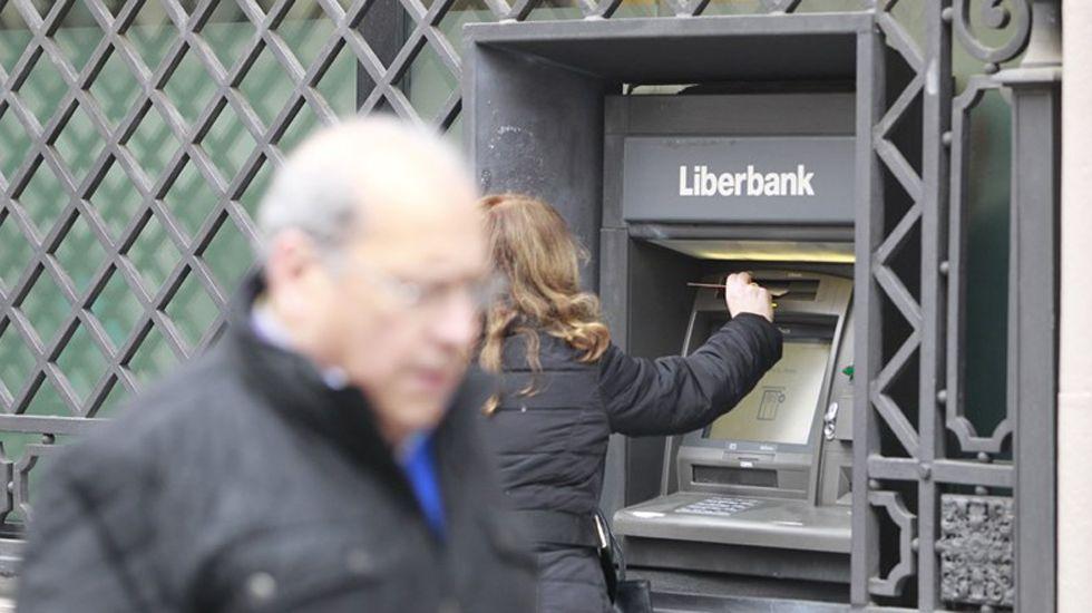 El presidente de la Federación Asturiana de Empresarios (Fade), Pedro Luis Fernández.Un cajero de Liberbank